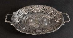 Henkelschale Silber, 373 g, relief. Dekor mit Adelspersonen und Girlanden, reich durchbr. Wandung,