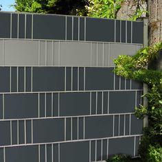 Hart PVC Sichtschutzstreifen von M-tec technology machen einen Gittermattenzaun blickdicht. Hier eine Kombination von Anthrazit und Steingrau https://www.m-tec-sichtschutz.de/shop/blickdicht-zaunblende.html