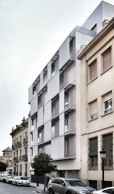 Construido por Candel Arquitectura en Albacete, Spain con fecha 2011. Imagenes por David Frutos . El lugar    La edificación ocupa un vacío existente en una trama urbana irregular, producto del derr...