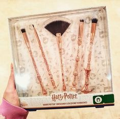BN In Box Harry Potter, Harmione, Voldemort Swish and Flick Cosmetic Brushes - Harry Potter Disney, Bijoux Harry Potter, Cadeau Harry Potter, Objet Harry Potter, Harry Potter Makeup, Harry Potter More, Harry Potter Items, Theme Harry Potter, Harry Potter Artwork