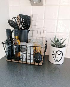 Kitchen Countertop Decor, Diy Kitchen Decor, Kitchen Styling, Kitchen Interior, Kitchen Design, Bathroom Counter Decor, Kitchen Organisation, Organization, Home Kitchens
