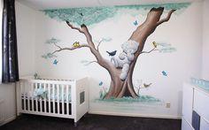 Boom met vogels muurschildering, ontwerp en realisatie door BIM Muurschildering. Koolmeesjes, roodborstje en merel.   Mural painting tree with a bear, birds and butterflies in a nursery.