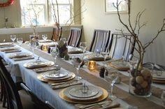 déco de table pour Noël - chemin de table en toile de jute, bougies et arrangements de branches et noix