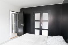 Walk in closet med svarte dører fra Swedoor Tall Cabinet Storage, Locker Storage, Steel Doors, Walk In Closet, Garden Gates, Wooden Doors, Door Design, Karma, Garage Doors