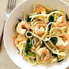 Pasta with shrimp (prawn) and spinach, a quick and delicious midweek dinner that is ready in well under 30 minutes. Flavourful, filling and yum. Best Shrimp Recipes, Grilled Shrimp Recipes, Pasta Recipes, Dinner Recipes, Cooking Recipes, Healthy Recipes, Healthy Meals, Healthy Food, Kraft Recipes