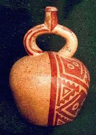 """En la cerámica COMÚN las formas más usuales son las vasijas cerradas de cuerpo globular, asa estribo y gollete; los cántaros con gollete evertido; los vasos acampanulados, llamados también floreros; las figurinas, silvatos, etc.   siendo la forma más preferida y típica la BOTELLA ESFÉRICA de BASE PLANA y ASA ESTRIBO.   dentro de la morfología de la cerámica, existe una gran variedad de formas: botellas, cántaros, ollas, """"cancheros"""" con mangos y sin ellos, vasos, cuencos, platos, copas."""