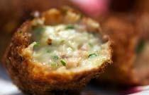 3 soorten kroketten; garnalen - salami - boerenkaas Dutch Recipes, Tempura, Beignets, Starters, Baked Potato, Mashed Potatoes, Fries, Muffin, Low Carb