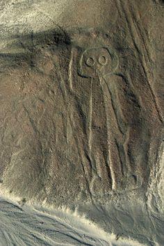 Nazca, Pérou#Découverts en 1927 dans le sud du Pérou, les géoglyphes de Nazca (ou de Nasca) sont de grandes figures tracées sur le sol (géoglyphes), souvent d'animaux stylisés, parfois simples lignes longues de plusieurs kilomètres, qui se trouvent dans le désert de Nazca. Ces géoglyphes sont le fait de la civilisation Nazca, une culture pré-incaïque du Sud du Pérou qui se développa entre 300 av. J.-C. et 800 de notre ère#http://urlz.fr/3hU6#canofmystery.blogspot.com#2,20,9