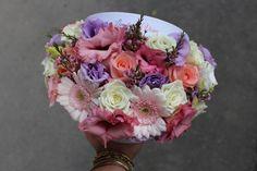 Cutie cu flori  #flowers #box #flowersbox #flowersinabox #gift #sayitwithflowers #madewithjoy #madewithlove #paulamoldovan #livadacuvisini #flori #evenimente #candybar #bucuresti ##bucharest #florist #ranunculus #craspedia #roses #pink #roz #trandafiri  #gerbera #white #purple #eustoma #waxflower #cutie #flori #cutiecuflori #floriincutie #cutieflori Wax Flowers, Flower Quotes, Bucharest, Gerbera, Ranunculus, Floral Wreath, Roses, Wreaths, Purple