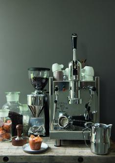 Luigi Bezzera ontwikkelde in 1901 's werelds eerste automatische koffiemachine die een echte Italiaanse espresso kon zetten. Nog steeds vervaardigd Bezzera halfautomatische én handmatige espressomachines volgens de Italiaanse traditie die inmiddels wereldwijd navolging heeft gevonden.