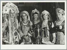 Vrouwen in Russische klederdracht. 1936 fotograaf Wiel van der Randen