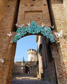 Rimini: manuale di sopravvivenza (al turismo di massa!) Mirror, Home Decor, Tourism, Decoration Home, Room Decor, Mirrors, Interior Decorating