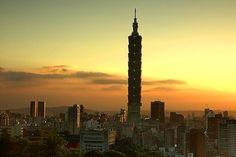 Los 5 rascacielos más altos del mundo: Taipei 101. Sin movernos de China encontramos un rascacielos de 509 metros de altura y, como indica su nombre, 101 plantas. Su forma cuadrada per asimétrica parece imitar la tradicional arquitectura de las fachadas de los templos más antiguos del país.