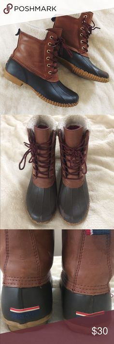 ✨ Tommy Hilfiger Winter Duck Boots ✨ Classic duck boots style for rainy and snowy weather. Shoes is brown leather and rubber with 1 inch thick rubber around toe area. Lace up style with fur on the inside. Size 9 women's THAT runs true to size. Scuffs are shows in images, shows have been worn before but show minimal wear and tear. Perfect for the upcoming fall/winter! 🍂🍁☃️ Tommy Hilfiger Shoes Winter & Rain Boots
