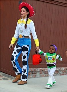 Sandra Bullock dressed as Jessie from Toy Story Toy Story Halloween, Movie Halloween Costumes, Celebrity Halloween Costumes, Halloween Kostüm, Jessie Toy Story Costume, Toy Story Costumes, Family Costumes, Toy Story Kostüm, Toy Story Party