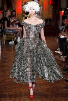 Vivienne Westwood Gold Label Parigi - Spring Summer 2013 Ready-To-Wear - Shows - Vogue.it Fashion Week Paris, Runway Fashion, High Fashion, Fashion Show, Fashion Weeks, Style Fashion, Luxury Fashion, Vivienne Westwood, Mode Style Anglais