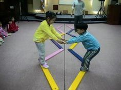 Gross motor activity: kids hold each others hands and try to help each other across the balancing beam Motor Skills Activities, Movement Activities, Gross Motor Skills, Physical Activities, Preschool Activities, Physical Development, Physical Education, Yoga For Kids, Team Building