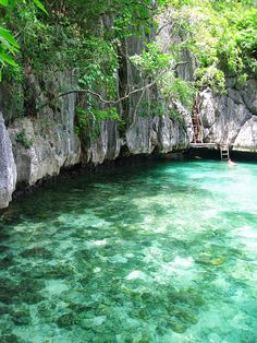 Turqoise waters of the Twin Lagoons in Palawan, Philippines (by Roslyn).