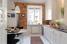 cozinha pequena com tijolos de demolição na parede