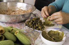 Recept: gevulde druivenbladeren (dolma's). Wanneer je mij op Instagram volgt, heb je ze al een keer voorbij zien komen: de gevulde druivenbladeren van onze Syrische achterburen. Het was een soort van ruilhandeltje, zij de bladeren uit mijn tuin en ik mocht het resultaat proeven. Goede deal toch?  http://dekeukenismijndomein.nl/recepten/hoofdgerechten/178-gevulde-druivenbladeren-dolma-s  #recept #dolma #druivenblad