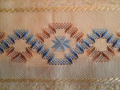 Risultati immagini per rose au bargello avec bordure ouvrageé Embroidery Stitches Tutorial, Ribbon Embroidery, Embroidery Designs, Needlepoint Patterns, Cross Stitch Patterns, Canvas Template, Borboleta Crochet, Swedish Weaving Patterns, Swedish Embroidery