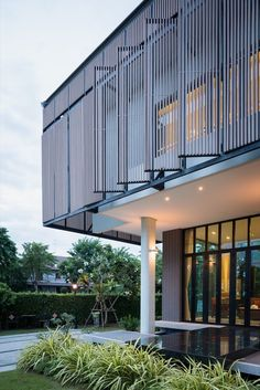 Gallery of Tiwanon House / Archimontage Design Fields Sophisticated - 31 Design Exterior, Facade Design, Modern Exterior, Facade Architecture, Contemporary Architecture, Contemporary Design, Building Facade, Building Design, Exterior Tradicional