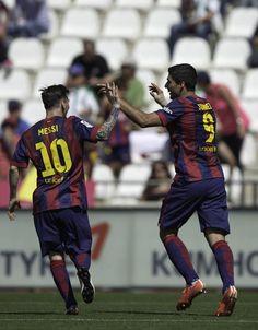 Messi felicita a Luis Suárez por uno de sus goles.