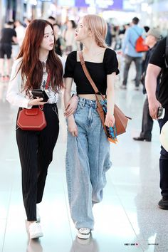 Image discovered by love poem ♡. Find images and videos about rose, blackpink and jisoo on We Heart It - the app to get lost in what you love. Blackpink Outfits, Kpop Fashion Outfits, Blackpink Fashion, Korean Outfits, Cute Casual Outfits, Asian Fashion, Korean Airport Fashion, Korean Fashion Kpop, Kpop Mode