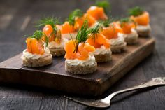 Lachs-Canapés Looks great, tastes wonderful and is very easy to make: recipe for salmon canapés with cream cheese. Party Finger Foods, Party Snacks, Canapes Salmon, Party Buffet, Brunch Party, Easy Food To Make, Salmon Recipes, High Tea, Appetizer Recipes