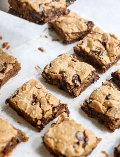 These healthy Peanut Butter Blondies are easy and decadent! Made with just 5 ingredients, this flourless dessert is naturally gluten-free and sweetened with honey. via desserts The BEST Peanut Butter Blondies (Gluten-free! Healthy Sweets, Healthy Dessert Recipes, Healthy Baking, Easy Desserts, Gourmet Recipes, Microwave Desserts, Celiac Recipes, Layered Desserts, Healthier Desserts