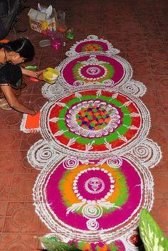 Rangoli y Pinturas India Tradicional Art Best Rangoli For Diwali, Rangoli Designs Diwali, Kolam Rangoli, Rangoli Colours, Rangoli Patterns, Rangoli Painting, Krishna, Beautiful Rangoli Designs, Beautiful Mehndi