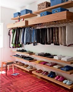 Ideia simples e funcional: peças acessíveis e arejadas Closet Ideas, Walking Closet, Small Closets, Shoe Rack, Shoes, Elegant, Interior Design, Room, Adora