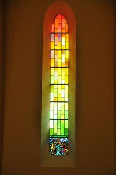 Church Windows, Old Windows, Modern Stained Glass, Stained Glass Windows, Kirchen Design, Glass Art Pictures, Graphisches Design, Modern Church, Light Project