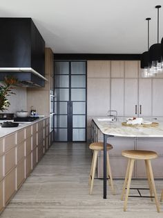 Hill House by Luigi Rosselli Architects and Decus Interiors Layout Design, Kitchen Interior, Kitchen Design, Australian Homes, House On A Hill, Mid Century Design, Interiores Design, Home Kitchens, Interior Architecture