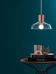 Mit der Pendelleuchte Waco von home24 kommt die Wandfarbe noch intensiver zur Geltung. So wirkt das Blau alles andere als kühl. Die Lampe kostet 59,99 Euro.