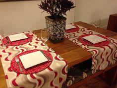 Produto artesanal, feito com exclusividade para você. <br>Caminho de mesa com estampa ondas, na cor marsala, eleita a cor do inverno 2015 pela Pantone. Fabricado em tecido de poliester, com detalhes em spike e tassel. <br>Uma sofisticada e elegante forma de receber seus amigos para o almoço ou jantar. <br>O preço refere-se ao kit de três peças. Não pode ser vendido separadamente. Mas você pode encomendar de acordo com o tamanho de sua mesa, é só passar as medidas. Mas antes deve consultar a…