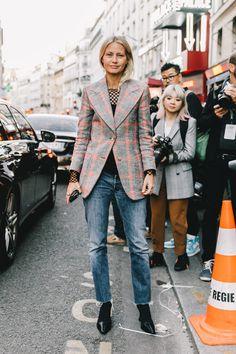 The Best Street Style From Paris Fashion Week Cool Street Fashion, Look Fashion, Daily Fashion, Fashion Tips, Fashion Week Paris, Elegante Y Chic, Look Blazer, Plaid Blazer, Street Style