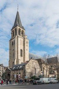 Abbaye Saint-Germain-des-Prés : Une grande chapelle au chevet plat, dédiée à Saint-Symphorien, est située au sud du clocher-porche ; elle est d'orientation sud-nord. La chapelle baptismale se situe à l'ouest de la première travée du bas-côté nord, et prolonge celui-ci vers l'ouest. Une troisième chapelle, dédiée à Sainte-Marguerite, se situe à l'angle entre bas-côté sud et croisillon sud. Elle est éclairée par le plafond et communique avec les deux travées adjacentes.
