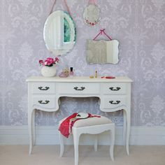 I love this dressing table - so fairy tale like and playfully matched with the wall paper