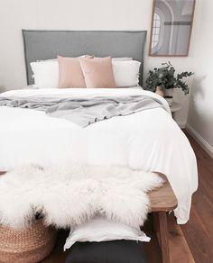 cool 81 Elegant and Minimalist White Bedroom Design Ideas https://decoralink.com/2017/10/20/81-elegant-minimalist-white-bedroom-design-ideas/