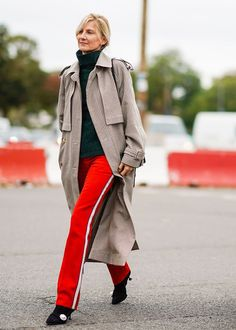 10 Easy and Stylish Work Outfit Ideas Layering Outfits, Fall Outfits, Gold Pleated Skirt, Turtleneck Outfit, Stylish Work Outfits, Loose Fit Jeans, Turtle Neck, Street Style, Outfit Ideas