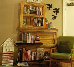 Pallet Bookshelf Stores The Mess Inside | 101 Pallets