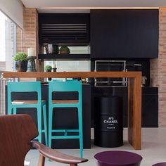 A combinação da madeira com preto ficou perfeita. As baquetas completam o ambiente