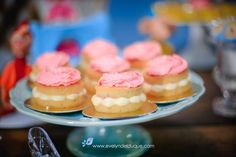 O Mini naked cake da Bake Gourmet ajudaram ainda mais a realizar esse doce sonho Naked Cake, Cheesecake, Mini, Desserts, Food, Sweet Dreams, Gourmet, Tailgate Desserts, Deserts