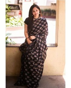 Want to look best in simple sarees? Simple Saree Designs, Simple Sarees, Cotton Saree Blouse Designs, Silk Kurti Designs, Fashion Wear, Girl Fashion, Saree Fashion, Black Saree, Grey Saree
