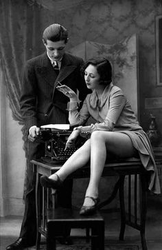'typewrite erotica' from the virtual typewriter museum . from original stereo photo negatives, probably shot in france in typewriter is an underwood. Pin Up Vintage, Moda Vintage, Vintage Beauty, Vintage Fashion, Vintage Style, Film Noir Fotografie, Vintage Couples, Romantic Couples, Vintage Girls