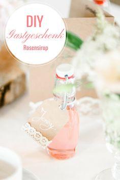 Bezauberndes Gastgeschenk aus Rosensirup mit passendem Anhänger für deine Vintage Hochzeit. Wie du es machst siehst du auf www.brautrezepte.de