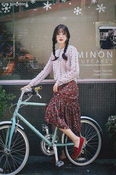 Bicycle Women, Bicycle Girl, Go Ride, Female Cyclist, Bike Style, Cool Bikes, Asian Fashion, Asian Woman, Dress Skirt