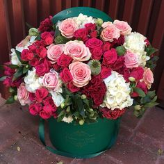 Christmas Who loves our emerald green boxes ! What color flowers would you like in this box! Amazing Flowers, Beautiful Roses, Fresh Flowers, Beautiful Flowers, Bouquet Box, Hand Bouquet, Flower Boutique, Fresh Flower Delivery, Green Box
