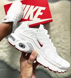Zapatos mujer Nike Air Max Plus in weiß rot/white red // Foto: fanamss Nike Air Max Plus, Nike Air Max Tn, Tn Nike, Nike Air Max White, Air Max 95, Sneakers Mode, Sneakers Fashion, Souliers Nike, Basket Mode